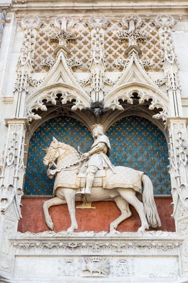 Gros-plan-statue-equestre-Blois-2