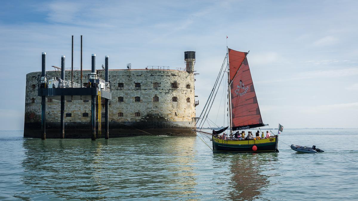 Fort Boyard et un voilier