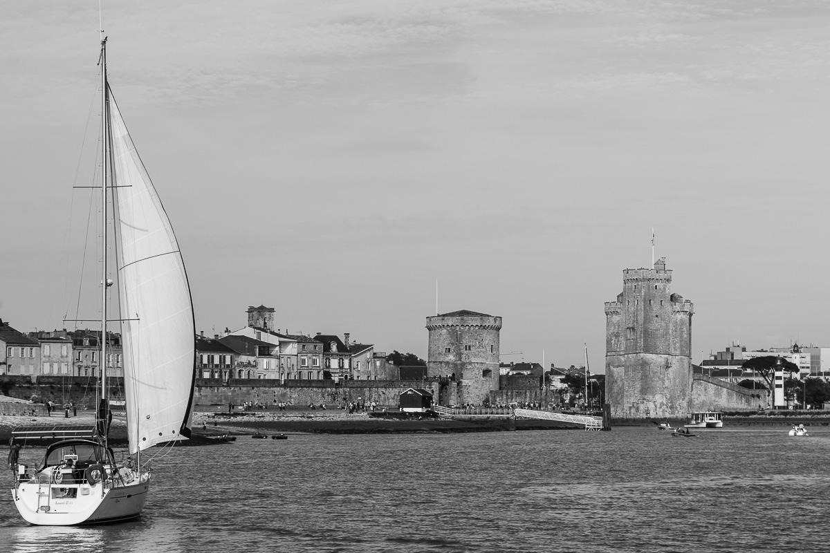 Voilier entrant dans le port de La Rochelle