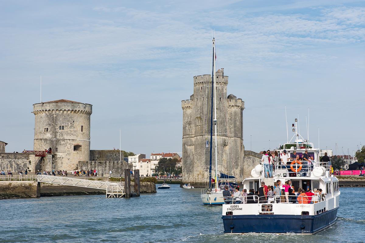 Bateau entrant dans le port de La Rochelle