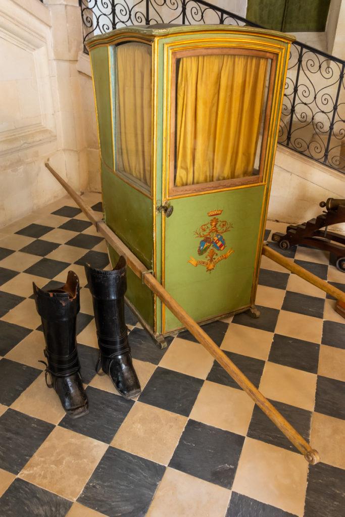 Chateau Ussé-grand escalier-chaise porteur