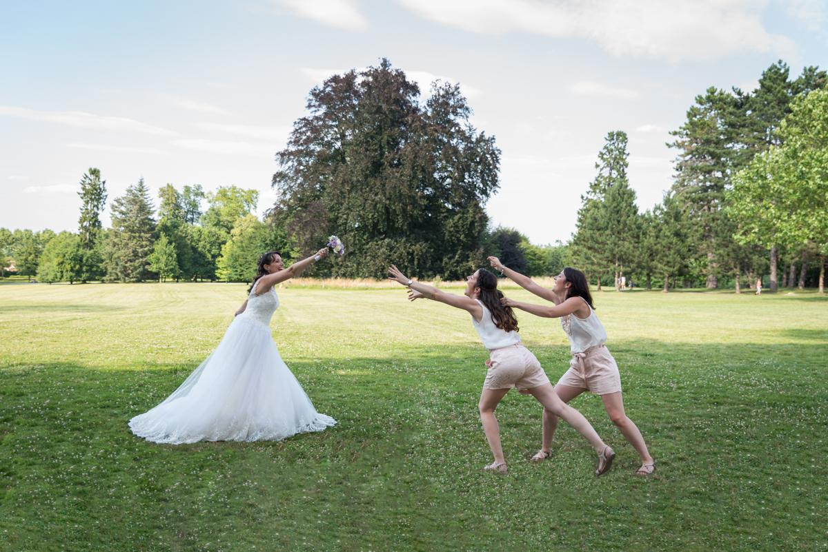 Mariée, Robe, bouquet, demoiselles d'honneur, joie